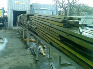 drewno w trakcie wyjmowania z autoklawu