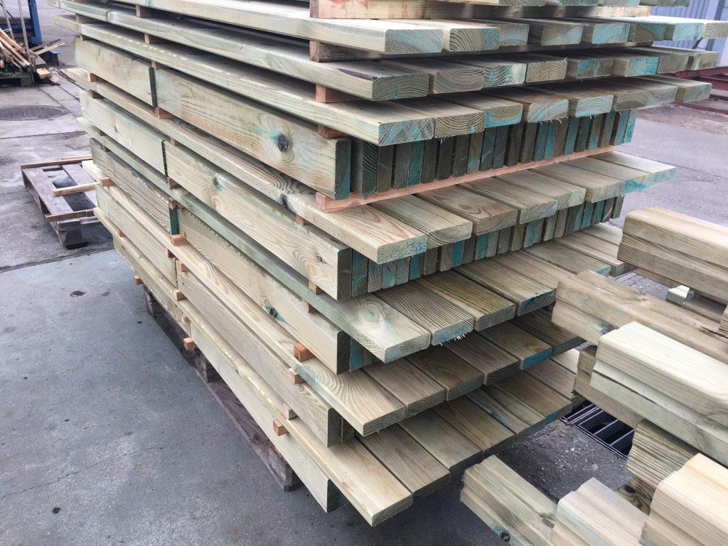 drewno na przekładkach w trakcie wysychania